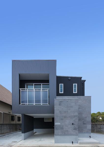変形地に建つ二階リビングの家